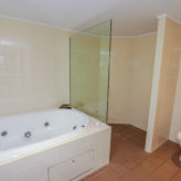 Aqui 308 En-suite with spa bath & walk in shower